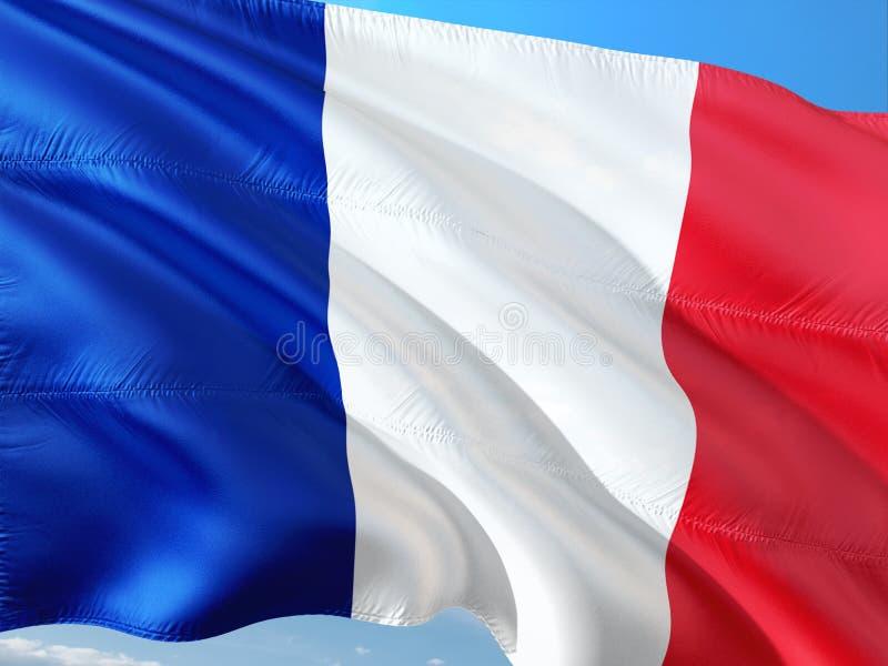 Flaga Francja falowanie w wiatrze przeciw g??bokiemu niebieskiemu niebu Wysokiej jako?ci tkanina zdjęcie royalty free