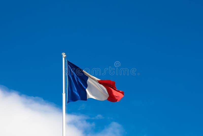 Flaga Francja na tła niebieskim niebie zdjęcia royalty free