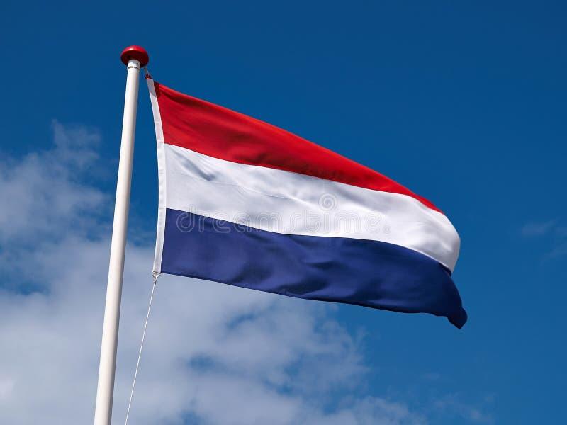 Flaga Francja przeciw błękitnemu chmurnemu niebu fotografia royalty free