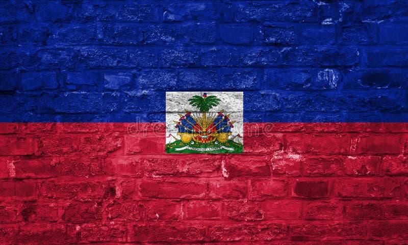 Flaga Haiti nad starym ściany z cegieł tłem, powierzchnia zdjęcie royalty free