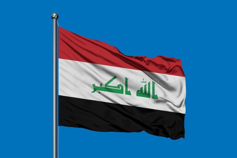 Flaga Iracki falowanie w wiatrze przeciw głębokiemu niebieskiemu niebu irakijczyk bandery fotografia stock