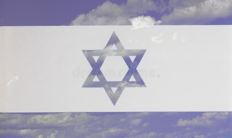 Flaga Izrael tło niebieskie niebo i chmury royalty ilustracja