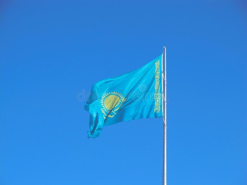 Flaga Kazachstan republika nad niebieskim niebem obrazy stock