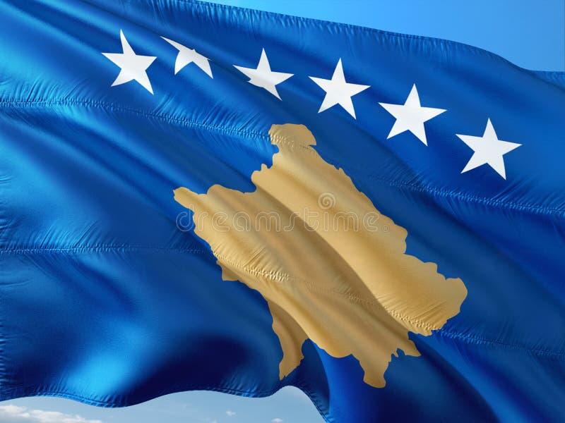 Flaga Kosowo falowanie w wiatrze przeciw g??bokiemu niebieskiemu niebu Wysokiej jako?ci tkanina fotografia stock