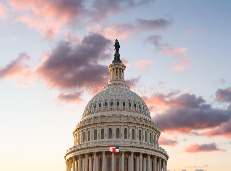 Flaga lata przed Capitol w DC przy wschodem słońca zdjęcia royalty free