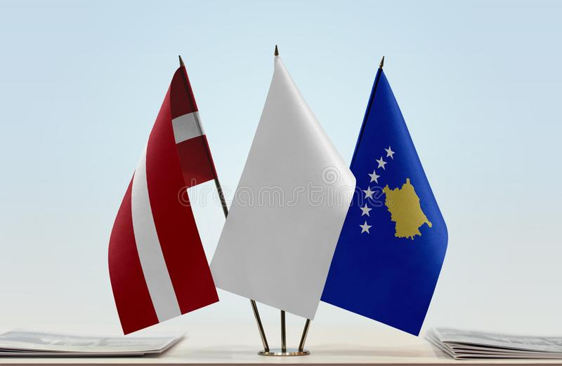 Flaga Latvia i Kosowo zdjęcie royalty free