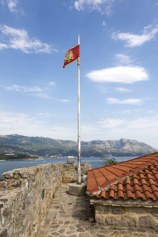 Flaga Montenegro na flagpole obserwaci platforma antyczna forteczna cytadela obraz royalty free