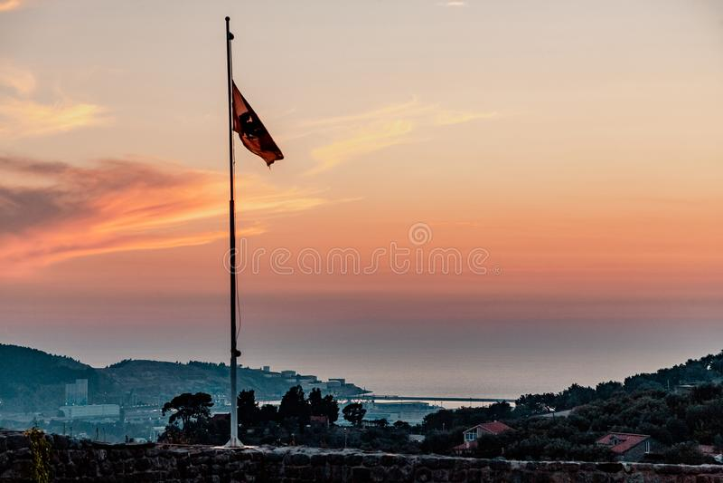 Flaga Montenegro na tle zmierzch obrazy stock