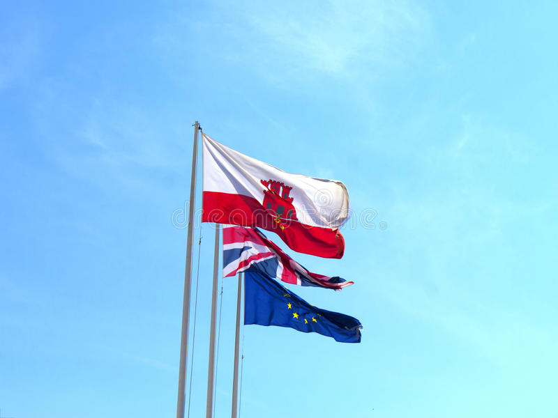 Flaga na skale Gibraltar przy wejściem morze śródziemnomorskie zdjęcie royalty free