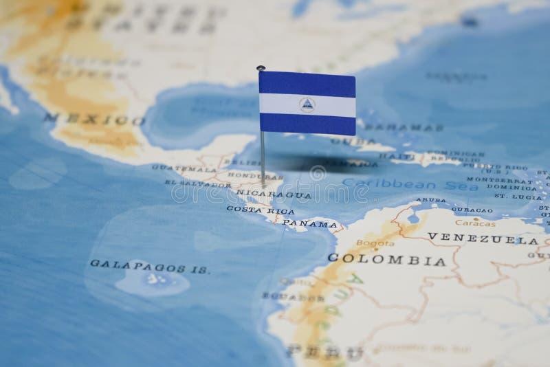 Flaga Nicaragua w światowej mapie fotografia royalty free