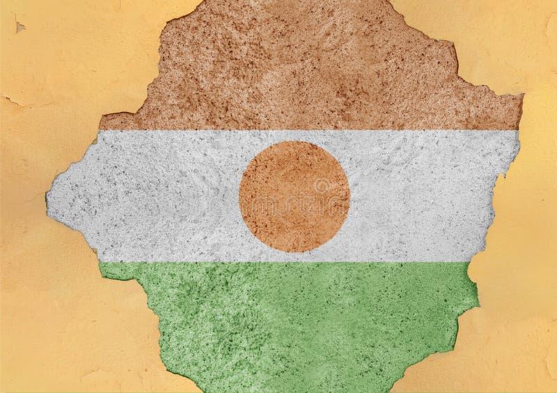 Flaga Niger w dużym łamającym materiału betonie pękał dziury fasadę obrazy royalty free