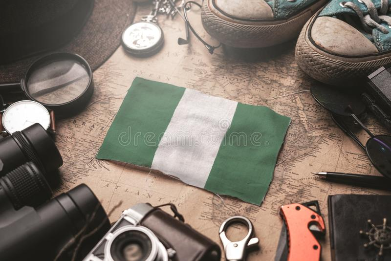 Flaga Nigerii między akcesoriami podróżnika na mapie Stary Vintage Koncepcja turystyczna zdjęcie stock