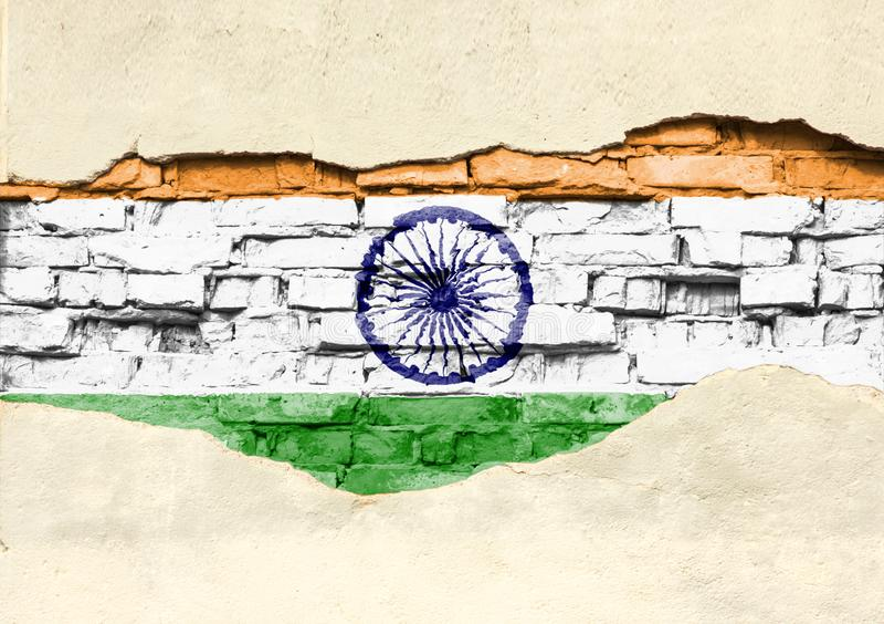Flaga państowowa India na ceglanym tle Ściana z cegieł z stronniczo zniszczonym tynkiem, tłem lub teksturą, royalty ilustracja