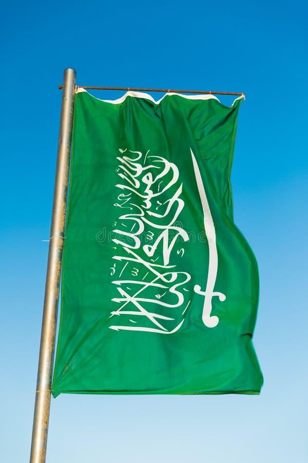 Flaga państowowa Arabia Saudyjska na flagpole fotografia stock