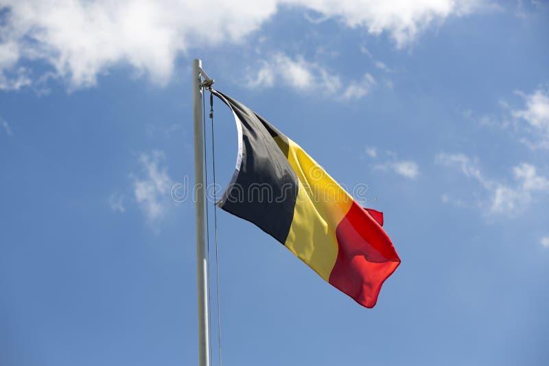 Flaga państowowa Belgia na flagpole obrazy stock