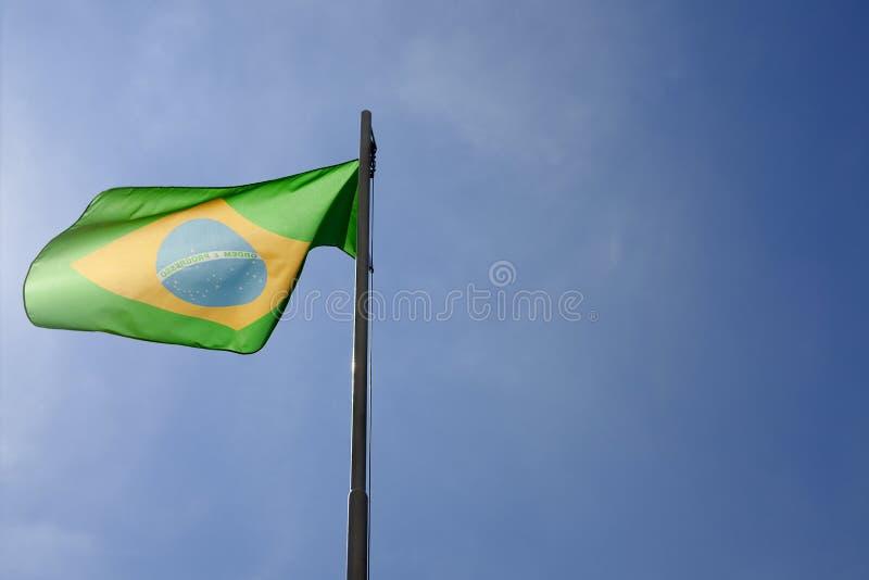 Flaga państowowa Brazylia na flagpole zdjęcie royalty free