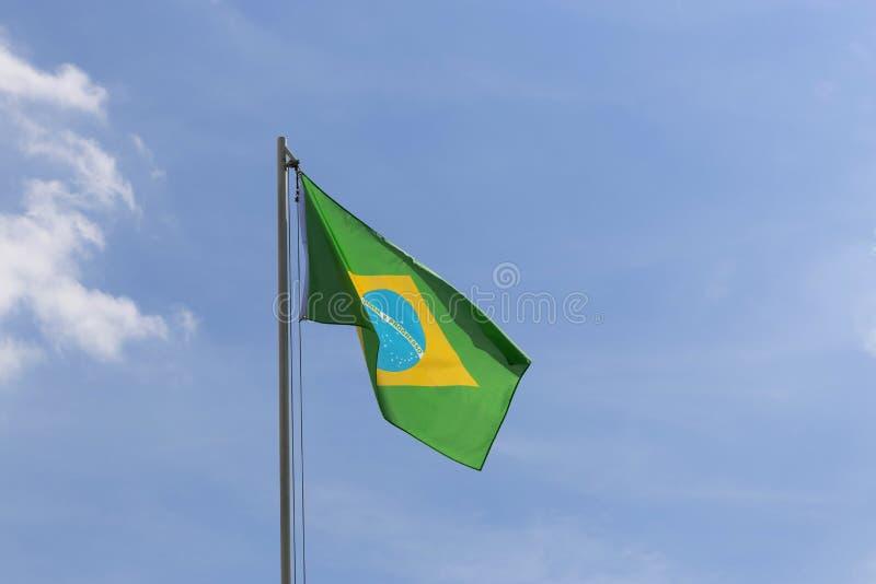 Flaga państowowa Brazylia na flagpole zdjęcia stock