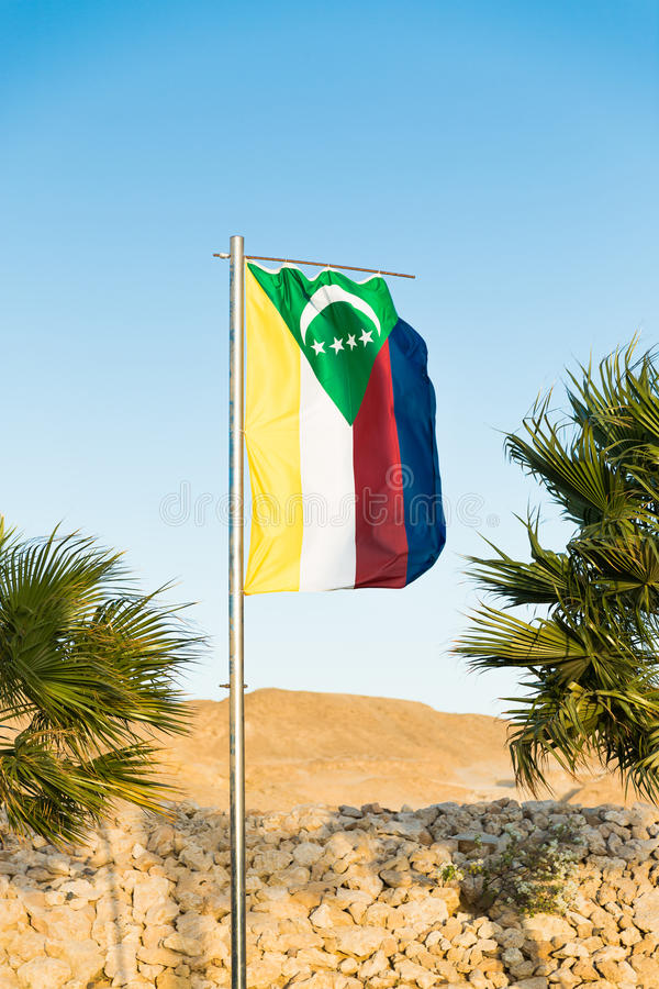Flaga państowowa Comoros na flagpole obrazy stock