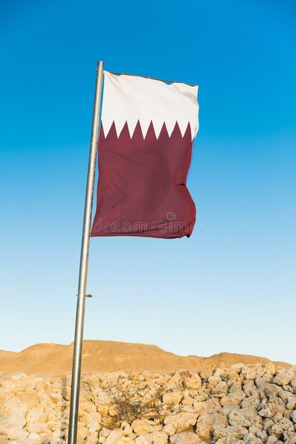 Flaga państowowa Katar na flagpole zdjęcia stock