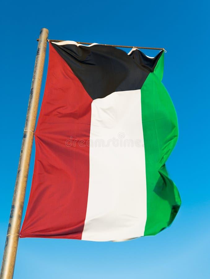 Flaga państowowa Kuwejt na flagpole obraz stock