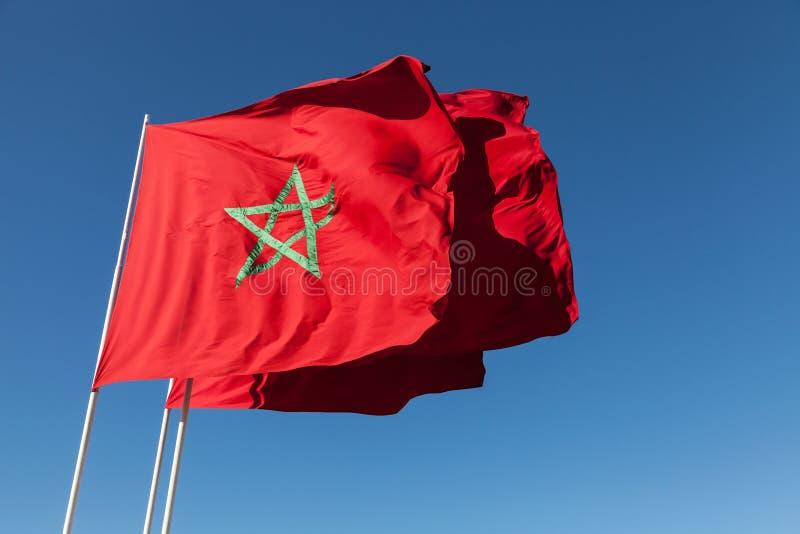 Flaga państowowa Maroko nad niebieskie niebo fotografia stock