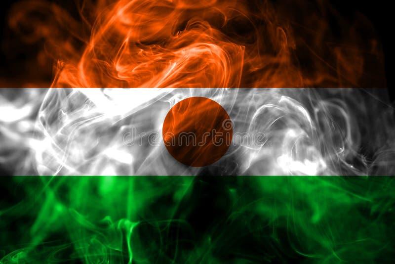 Flaga państowowa Niger zrobił od barwionego dymu na czarnym tle Abstrakcjonistyczny silky falowy tło obrazy stock