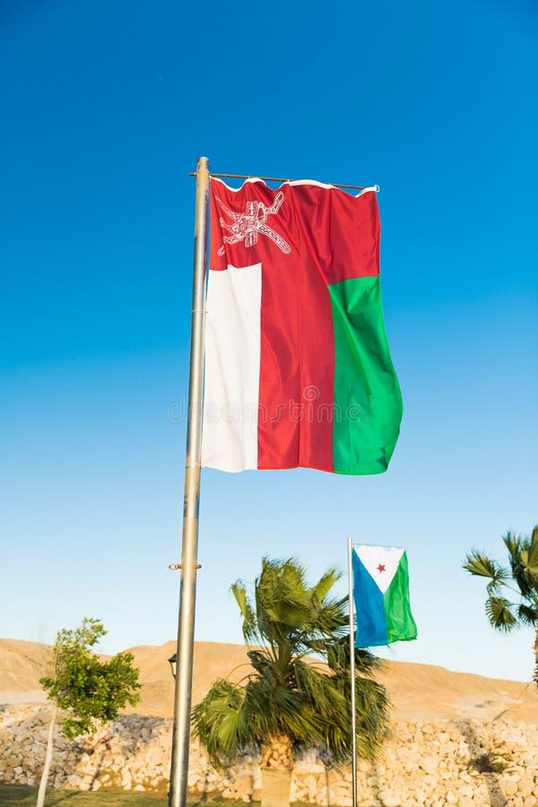 Flaga państowowa Oman na flagpole zdjęcie royalty free