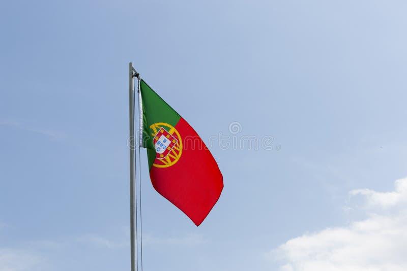 Flaga państowowa Portugalia na flagpole zdjęcie royalty free