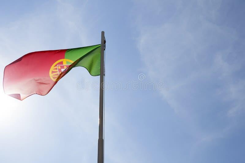 Flaga państowowa Portugalia na flagpole obraz royalty free