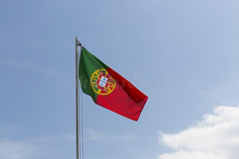 Flaga państowowa Portugalia na flagpole zdjęcia royalty free