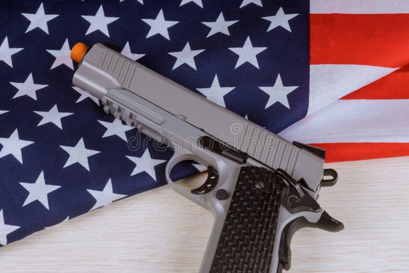 Flaga pa?stowowa Stany Zjednoczone z r?ka pistoletem obraz royalty free