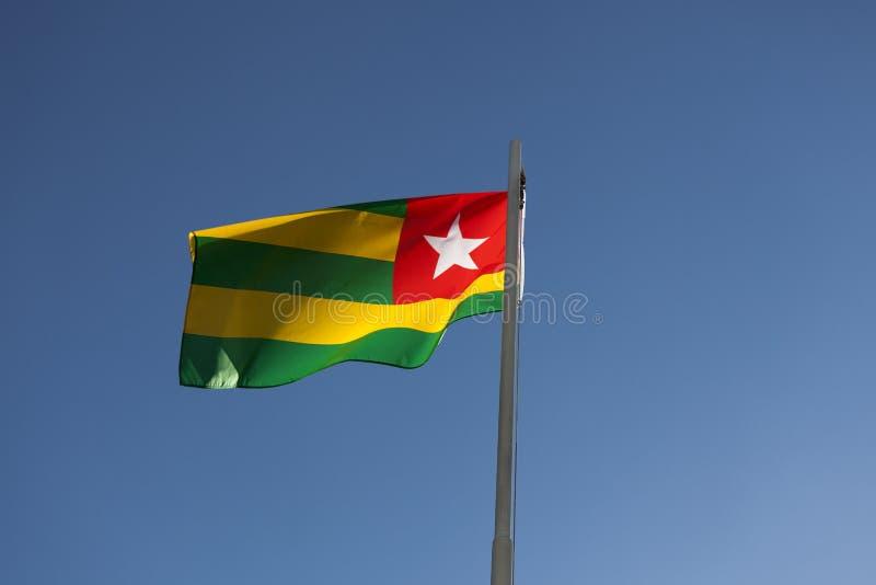 Flaga państowowa Togo na flagpole zdjęcia royalty free