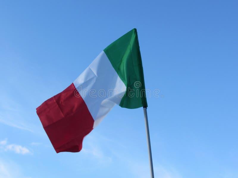 Flaga państowowa Włochy falowanie przeciw niebieskiemu niebu zdjęcie royalty free