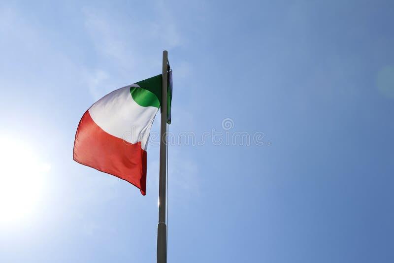 Flaga państowowa Włochy na flagpole obraz stock