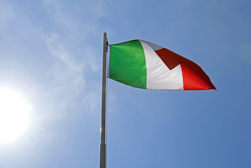 Flaga państowowa Włochy na flagpole zdjęcia stock