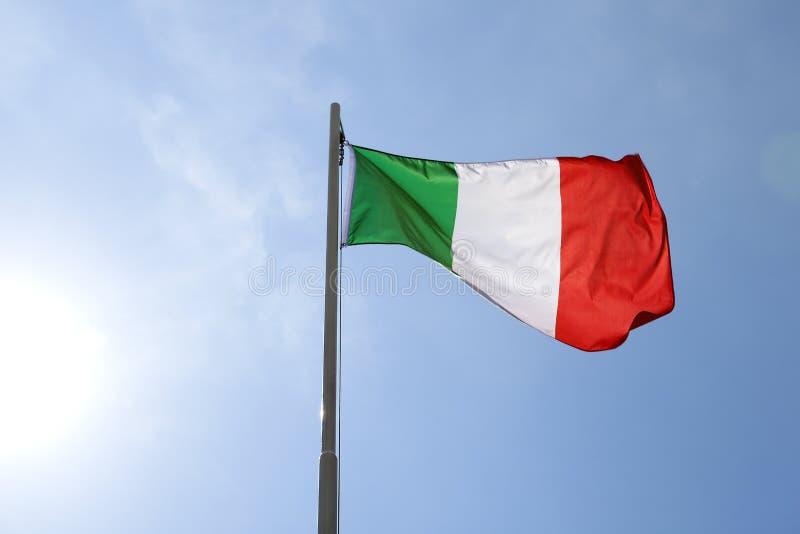 Flaga państowowa Włochy na flagpole fotografia stock