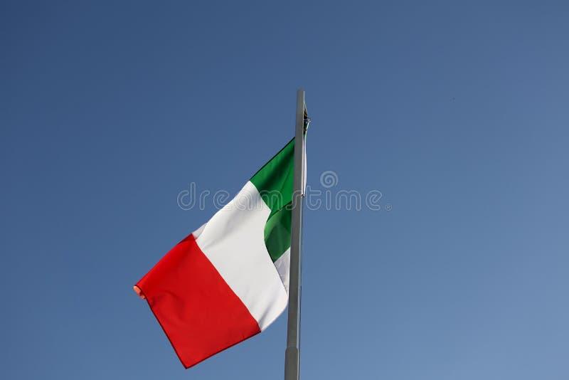Flaga państowowa Włochy na flagpole zdjęcie stock