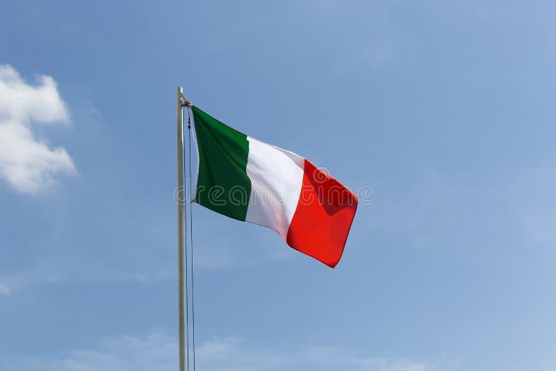Flaga państowowa Włochy na flagpole fotografia royalty free