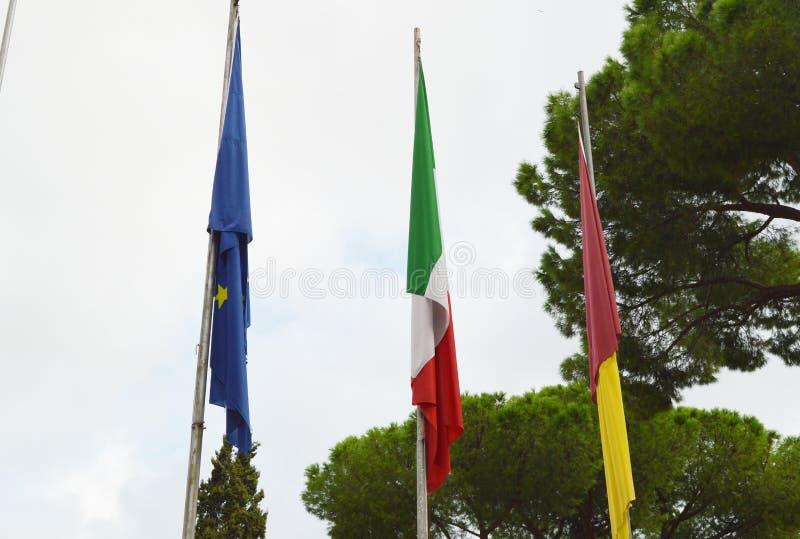 Flaga państowowa Włochy unii europejskiej UE flaga miasto Rzym na flagpole blisko urząd miasta Rzym zdjęcia royalty free