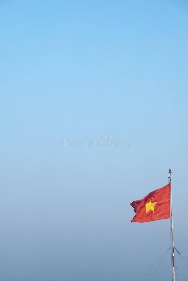 Flaga państowowa Wietnam falowanie z niebieskim niebem w tle zdjęcie royalty free