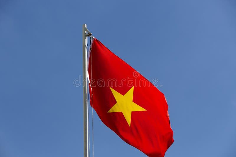 Flaga państowowa Wietnam na flagpole zdjęcia stock