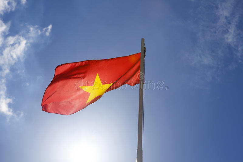 Flaga państowowa Wietnam na flagpole fotografia royalty free