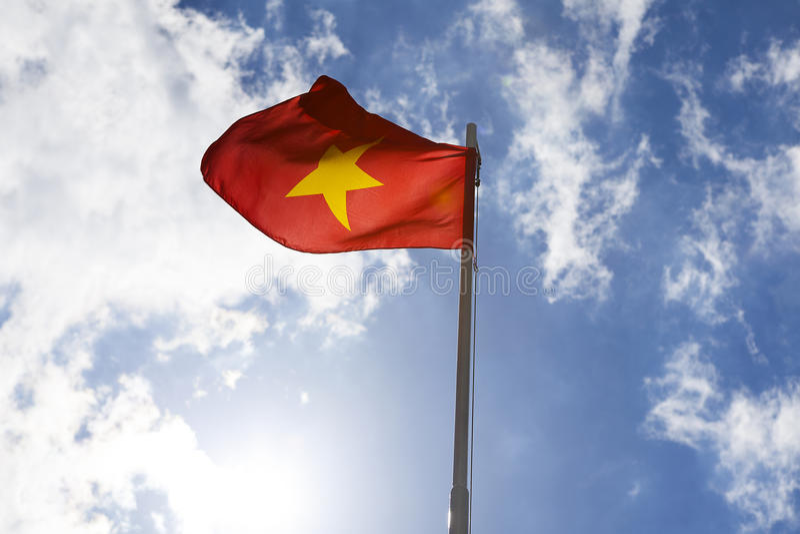 Flaga państowowa Wietnam na flagpole zdjęcie royalty free