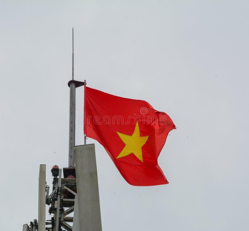 Flaga pa?stowowa Wietnam na flagpole zdjęcia royalty free