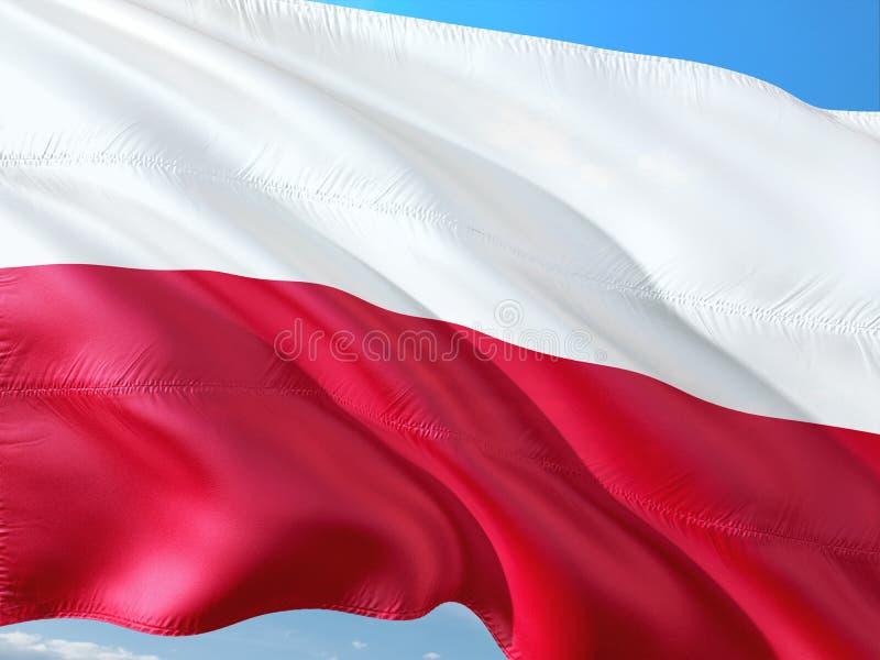 Flaga Polska falowanie w wiatrze przeciw g??bokiemu niebieskiemu niebu Wysokiej jako?ci tkanina zdjęcia royalty free