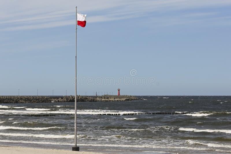 Flaga Polska morza bałtyckiego wybrzeżem obraz royalty free