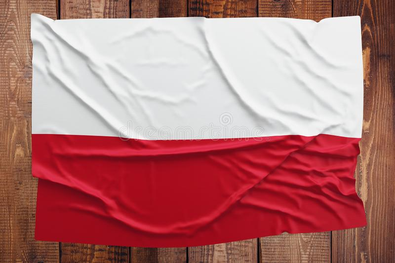 Flaga Polska na drewnianym sto?owym tle Marszcz?cy Polski chor?gwiany odg?rny widok fotografia stock