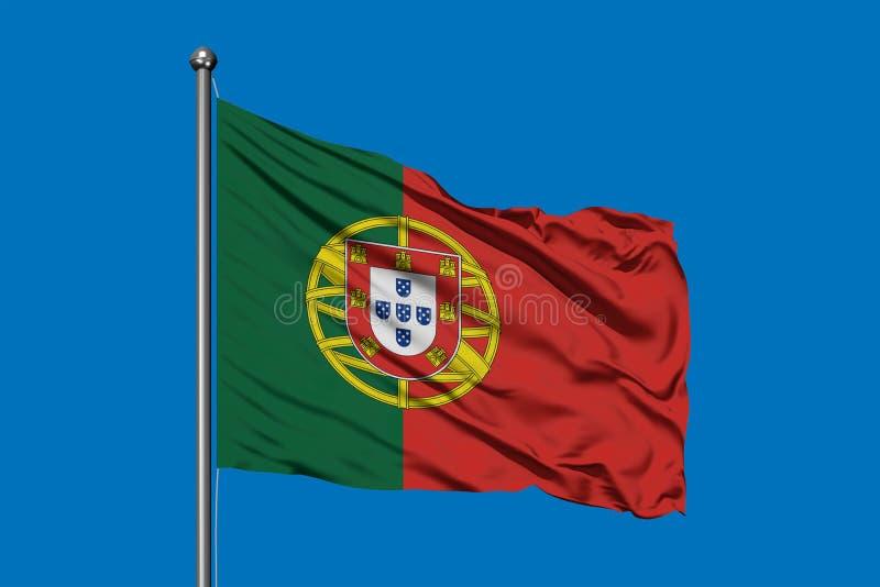 Flaga Portugalia falowanie w wiatrze przeciw głębokiemu niebieskiemu niebu Portugalczyk flaga obraz stock
