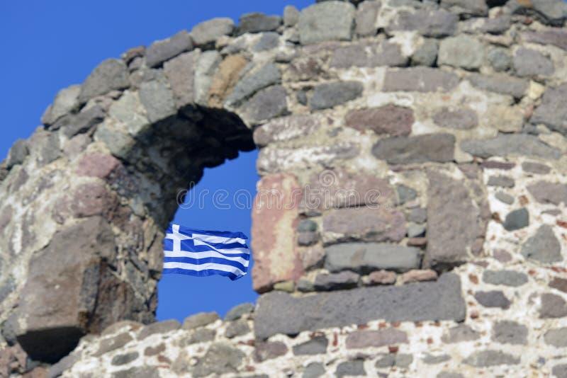 Flaga przy Molivos kasztelem Lesvos Grecja zdjęcie stock