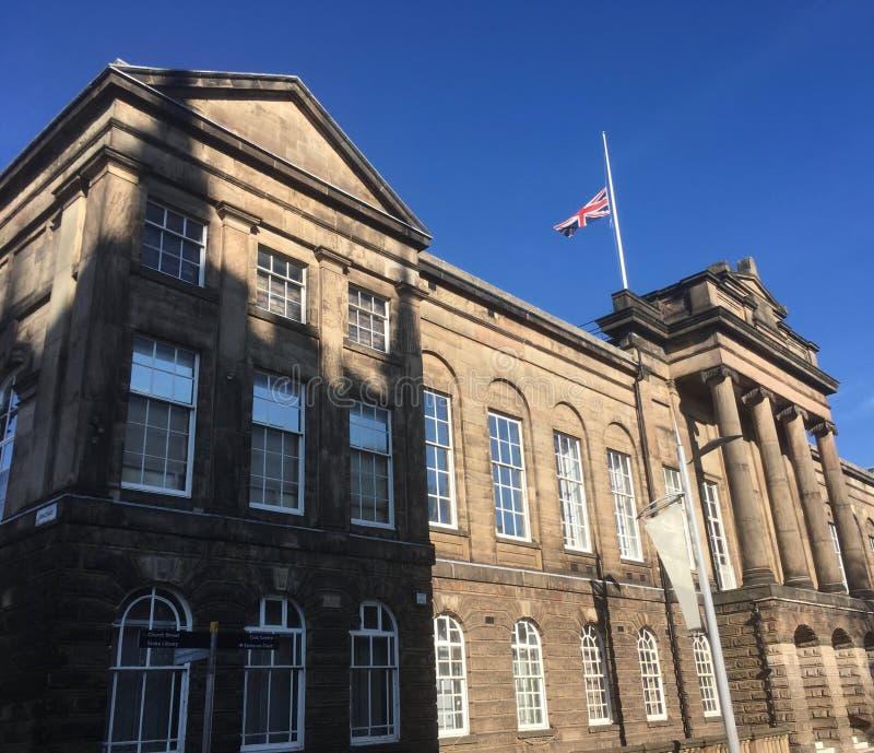 Flaga przy przyrodnim masztem na urząd miasta obrazy royalty free